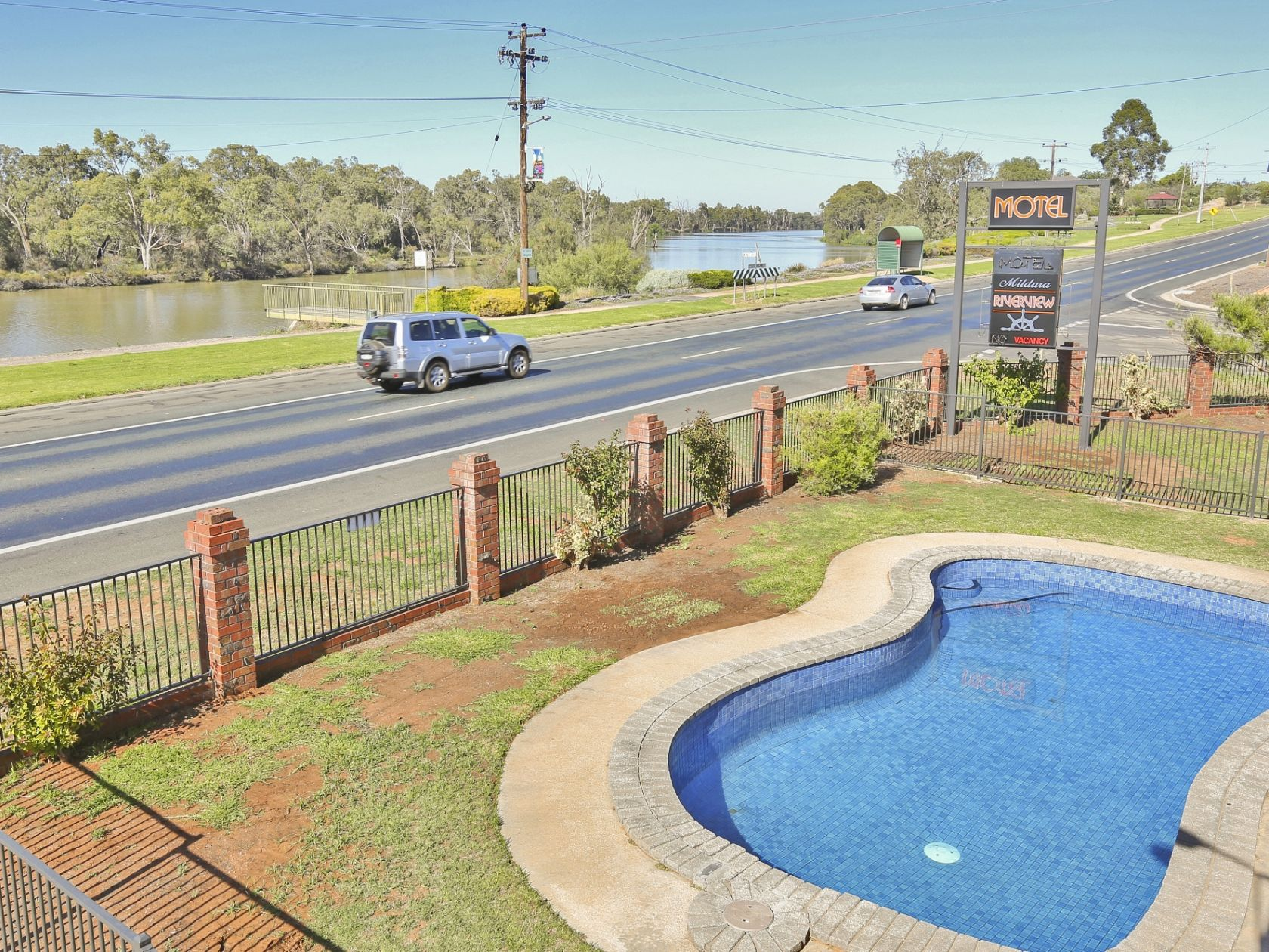 20 Room Beautifully Presented Motel with Picturesque Murray River View